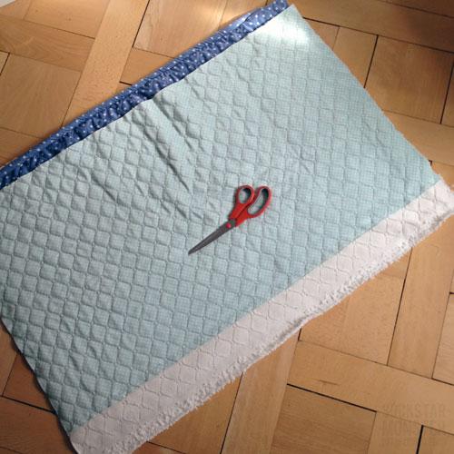 Als Erstes Die Zwei Stoffe übereinander Legen Und Den überschüssigen Stoff  Abschneiden. Am Schluss Solltet Ihr Ein Rechteck Haben (kein Quadrat).